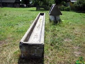 Длинная поилка для лошадей из камня и цемента