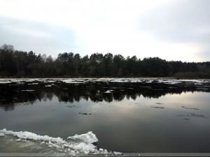Зимняя река Неман, ждущая ледяной покров...